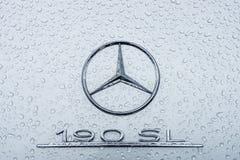 Emblem av en sportbil Mercedes-Benz 190SL i regndroppar Arkivfoton