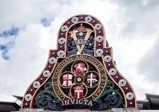 Emblem av LCDREN från den första Blackfriars järnvägsbron i London Arkivfoton