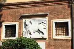 Emblem av lejonet på hus i Venedig Arkivbild