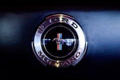Emblem eller logo av en klassiska Ford Mustang arkivbild