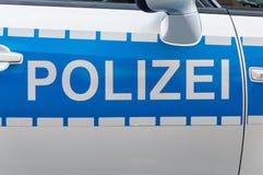 Emblem för etikett för tyskPolizei bil på bensindrivna bilen arkivfoton
