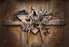Emblem för Grungeilluminatifrimureri på dramatisk bakgrund, frimurar- symbol royaltyfria bilder