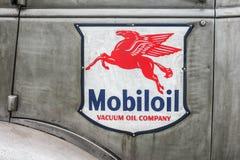 Emblem för medel för Mobil olja arkivbild