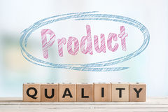 Emblem för produktkvalitet på en tabell royaltyfri fotografi