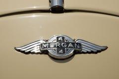 Emblem för tappningMorgan bil på gul bakgrund royaltyfri bild