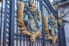 Emblem at the gate of Buckingham palace Royalty Free Stock Image