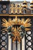 Emblem i Buckingham Palace royaltyfri bild