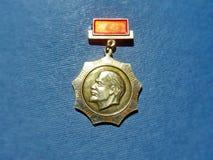 Emblem med bilden av Vladimir Lenin Ulyanov från serien 'Vladimir Lenin ', closeup Faleristics royaltyfri fotografi