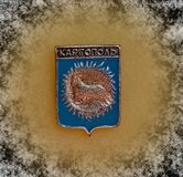Emblem med vapenskölden av staden av Kargopol, Arkhangelsk region från serien 'städer av USSR ', closeup Faleristics royaltyfri foto