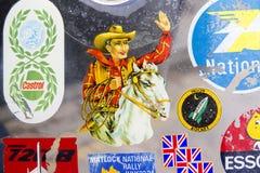 Emblem och klistermärkear på den Lambretta vindrutan på den årliga klassiska bilutställningen och tappningen royaltyfri fotografi