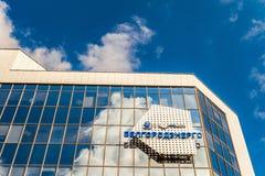 Emblem och logoer på fasad för glass spegel av byggande av Belgorodenergo Belgorod Ryssland Arkivbild