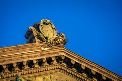 Emblem på en byggnad Naples royaltyfri foto