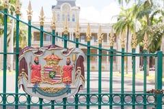 Emblem på porten av den Iolani slotten i Honolulu, Hawaii Royaltyfri Foto