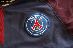 Emblem Paris St Germain auf Trikot Stockfoto