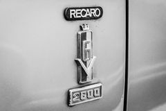 Emblem Recaro (producent av bilsäten) på den stora familjebilen Ford 26M (P7b) royaltyfri foto
