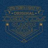 Emblem som broderas på blå grov bomullstvilltexturbakgrund Arkivfoto