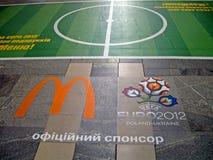 Emblema 2012 di gioco del calcio dell'EURO sul pavimento a Kiev, Fotografie Stock
