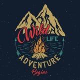 Emblema al aire libre del vintage de la aventura Imagenes de archivo