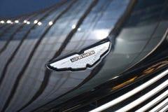 Emblema brillante del ` de Aston Martin del ` en una capilla negra del coche imagenes de archivo