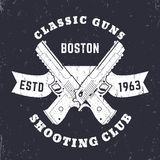 Emblema classico delle pistole, logo con le pistole potenti attraversate, pistole, due rivoltelle sul nastro illustrazione di stock