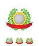 Emblema com grinalda verde e a fita vermelha Fotos de Stock