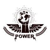 Emblema con alas del vector compuesto con el pu?o apretado aumentado compuesto con el ejemplo de la tierra Autoridad como los med ilustración del vector