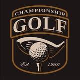 Emblema con el club de golf y bola en fondo oscuro Foto de archivo
