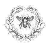 Emblema d'annata dell'ape in corona floreale Immagine Stock Libera da Diritti