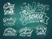 Emblema d'annata messo per la scuola e l'università Benvenuto al banco Parole di scrittura della mano di vettore royalty illustrazione gratis