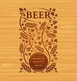 Emblema da cerveja do vetor com lúpulos e malte Imagens de Stock