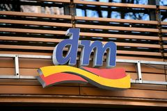 Emblema da loja do drogeriemarkt do Dm Imagens de Stock