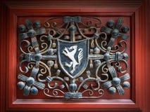 Emblema de Cres com decoração e um fundo vermelho foto de stock royalty free