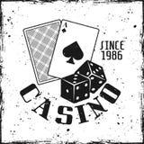 Emblema de jogo do casino com cartões e dados de jogo fotografia de stock royalty free