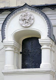Emblema de la dinastía de Romanov de los emperadores en un edificio histórico Foto de archivo libre de regalías