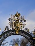 Emblema de la nación de la República de Francia en un doo adornado del metal Fotografía de archivo libre de regalías