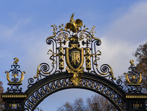 Emblema de la nación de la República de Francia en un doo adornado del metal Imágenes de archivo libres de regalías