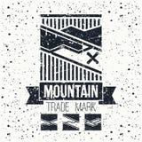 Emblema de las montañas del invierno de la snowboard Fotografía de archivo