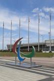 Emblema de los juegos de Paralympic en una academia del tenis del fondo en el parque olímpico de Sochi Foto de archivo