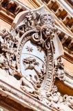 Emblema de mármore clássico que pendura em uma das fachadas de construções complexas dos museus do Vaticano no jardim do pinheiro fotos de stock royalty free