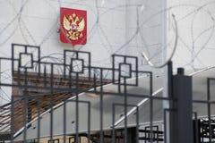 Emblema de Rússia na construção da embaixada do russo em Kyiv fotografia de stock