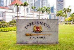 Emblema de Singapur delante del parlamento Imagenes de archivo