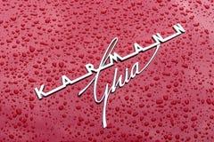 Emblema de um carro de esportes Volkswagen Karmann Ghia nos pingos de chuva foto de stock