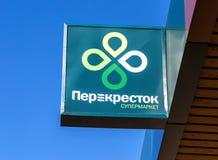 Emblema de uma loja de Perekrestok contra um céu azul imagens de stock royalty free
