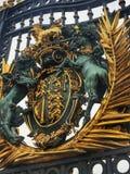 Emblema del Buckingham Palace fotos de archivo libres de regalías