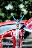 Emblema del cappuccio dell'automobile della ruota della tenuta della donna Immagini Stock