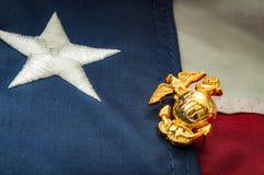 Emblema del Cuerpo del Marines de los E.E.U.U. y la bandera americana foto de archivo libre de regalías