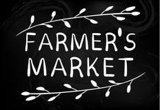 Emblema del mercado de los granjeros en la pizarra Mano drenada Fotos de archivo
