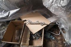 Emblema del mustango durante la restauración el coche en taller de los Oldtimers Foto de archivo
