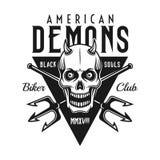 Emblema del nero di vettore del club del motociclista con il cranio del demone Immagine Stock
