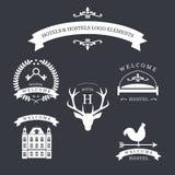 Emblema del vintage con los ciervos, los kyes, la paleta de tiempo, la cama y el edificio viejo para su hotel y logotipo del para Fotos de archivo libres de regalías